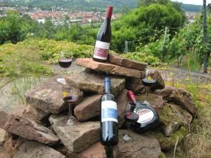 Weinauswahl des Weinguts Waigand auf einem Sandsteinhaufen