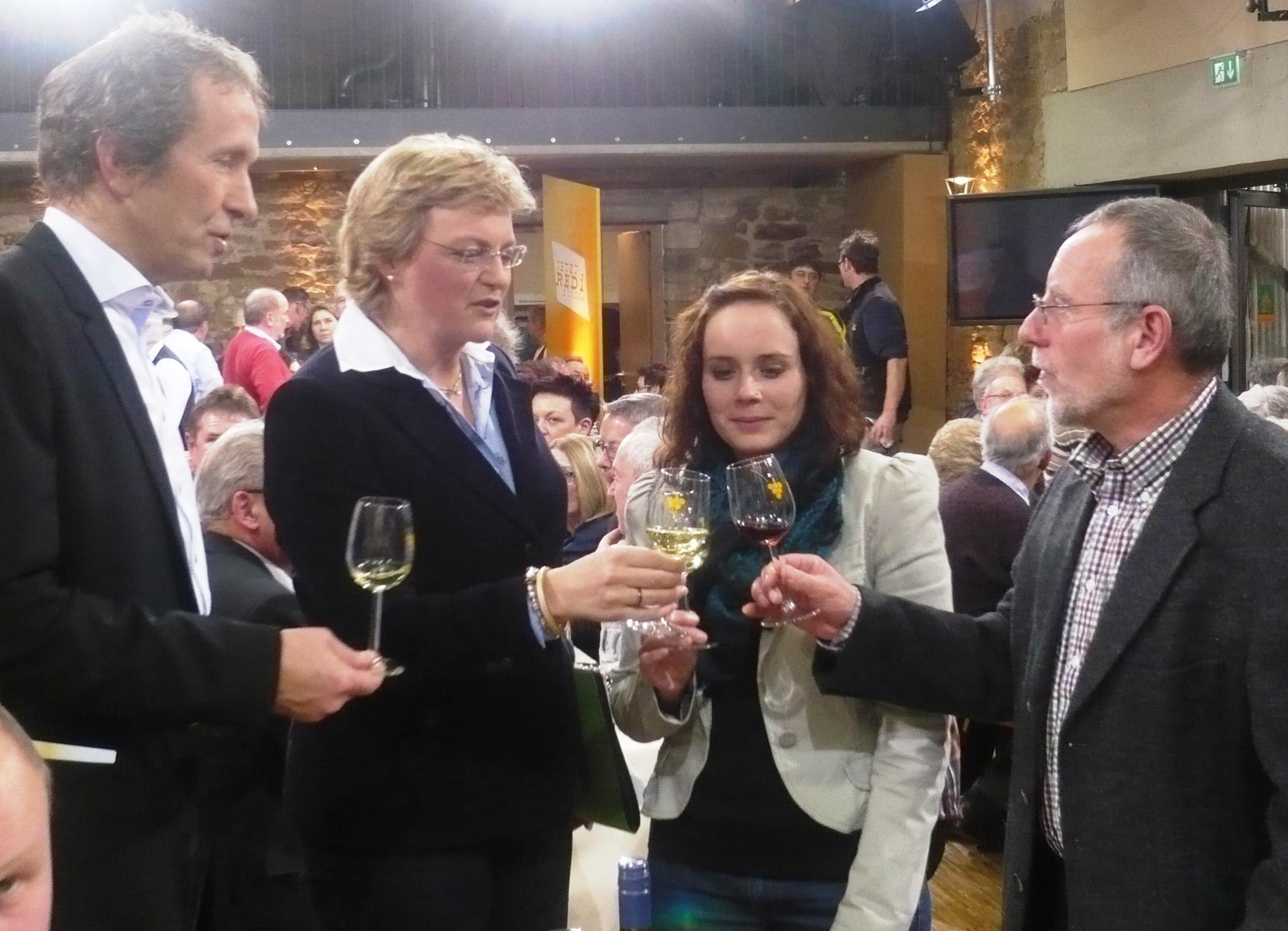 Moderator Schöberl, M. Hohlmeier und Fam. Waigand im Gespräch