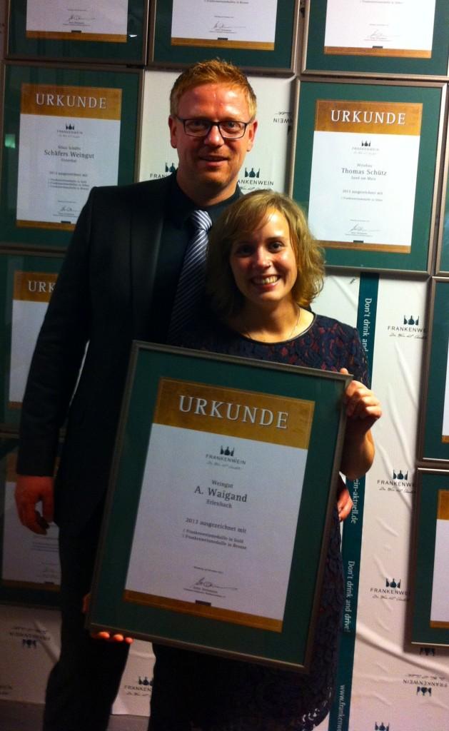 Verena und Markus bei der Urkundenverleihung