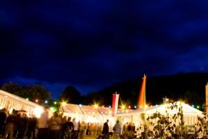 Das Erlenbacher Weinfest bei Nacht mit der Weinlaube des Weinguts Waigand