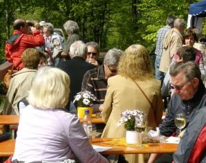 Gäste am Stand vom Weingut A. Waigand