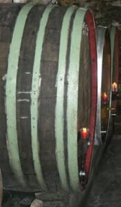 Blick auf Fässer im Weinkeller des Weinguts Waigand