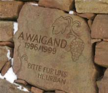 In Weinbergsmauer eingelassener, behauener Stein des Weinguts Weigand